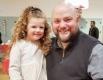 Самотен татко създава супер прически за дъщеря си